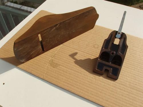 Talpa și suportul cuțit. Talpa este ruginită pe toate cele 3 părți dar suportul cuțit pare ușor de curățat.