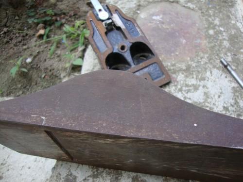 Părțile laterale și talpa par a fi ruginite superficial.