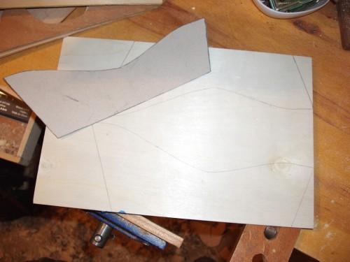 Șablonul saniei din carton și forma sa pe placaj