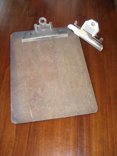 Clipboard masonită (format Letter) și cele două mecanisme