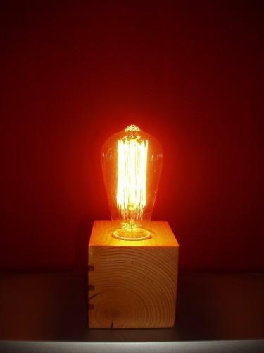 În fața peretelui vișiniu, împărțind o lumină caldă
