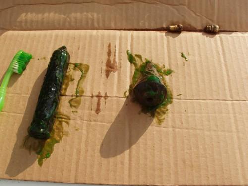 Curațare piese metalice cu gel și piese de alamă cu soluție specifică alămii.