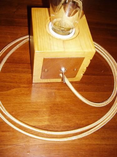Capacul din spate cu întrerupătorul și  cablul