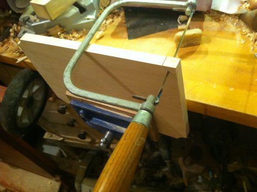 Colțurile le-am tăiat cu un fierăstrău de traforaj.