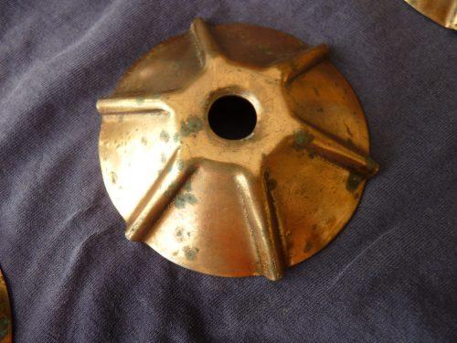 Baza abajurului având și ea oxidare și pete de rugină?