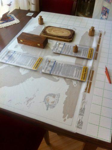 După marcarea limitelor încep să lipesc harta astfel încât să nu se formeze cute sau să rămână bule de aer.
