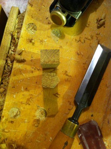 Din capetele rămase m-am jucat un pic și am mai realizat câteva brelocuri în formă de căsuță.