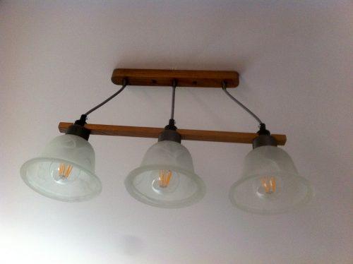 Lampă cu trei becuri instalată în dormitor.