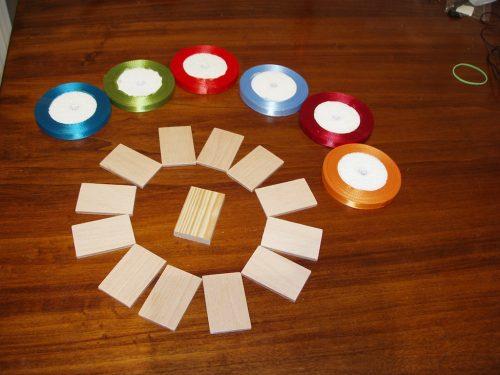 Cu piesele tăiate am revenit în casă pentru a alege culorile panglicii. Eu am folosit panglică de 10mm lățime.