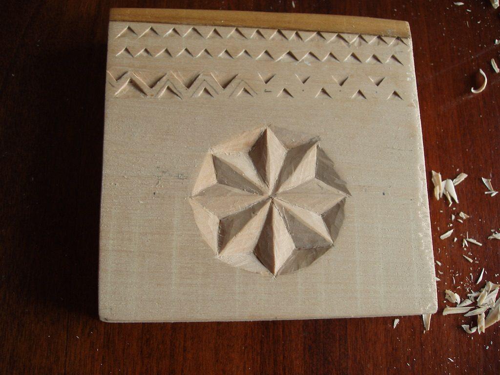 Rezultatul cursului de încrustat în lemn. M-am tot gândit la ce voi folosi piesa aceasta. Mă bucur că i-am gasit o utilitate practică și estetică.