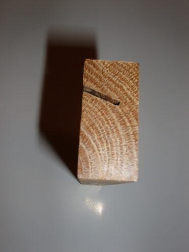 Canalul văzut din lateral. Fibra lemnului se vede foarte bine, acum că am rindeluit capetele.