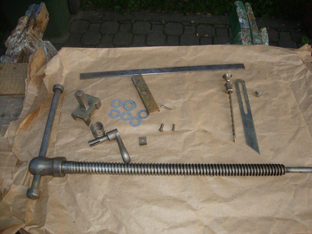 Piesele interne au fost restaurate primele, împreună cu alte câteva unelte.