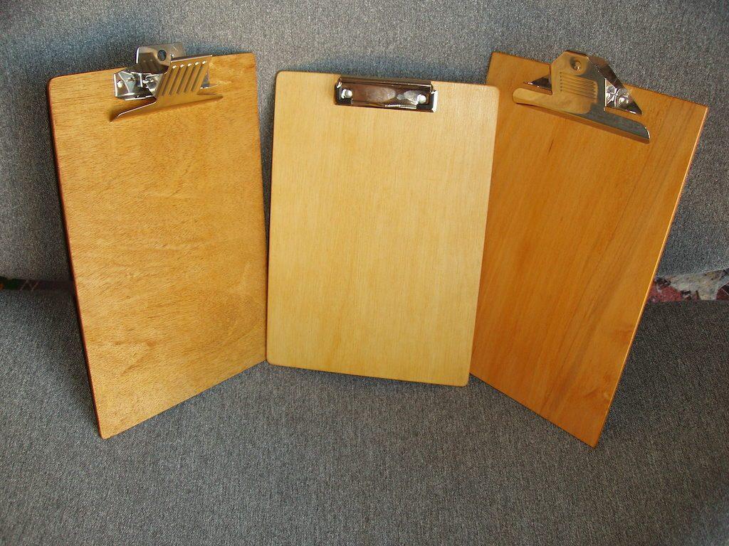 """Cele trei clipboarduri realizate. Cel din stânga are mecanism """"fluture"""" nou, cumpărat pentru a-l testa."""