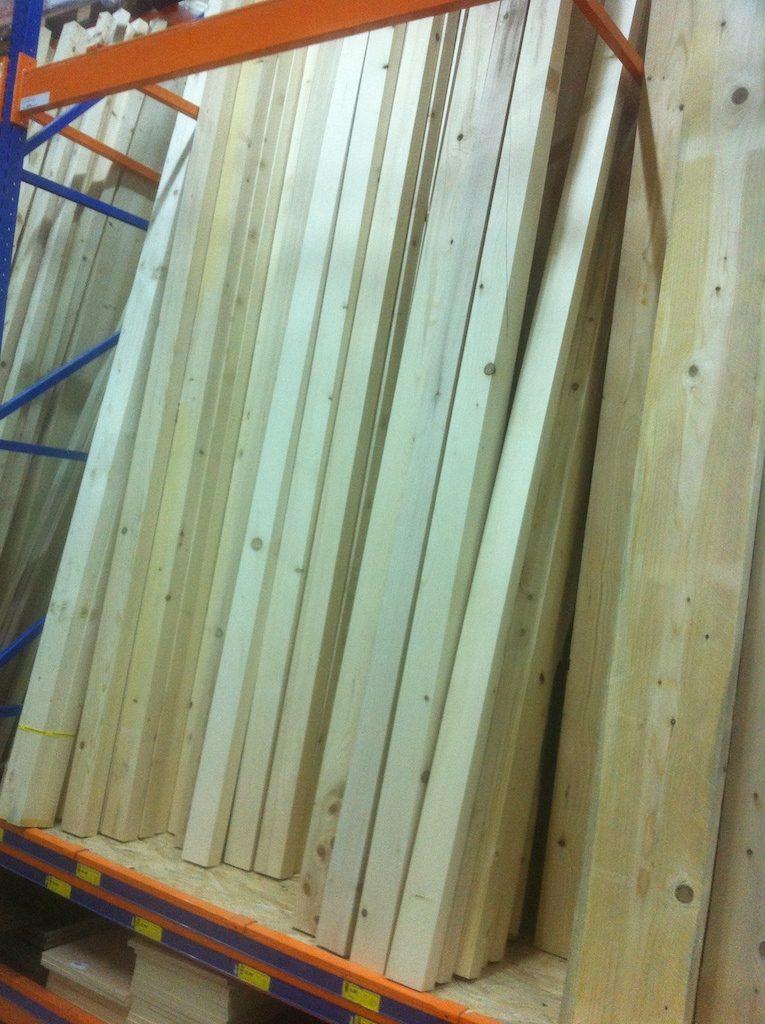 Raftul cu toate lemnele care mă interesau. Cred ca am mutat vreo 70 de bucăți lungi de 3 metri.