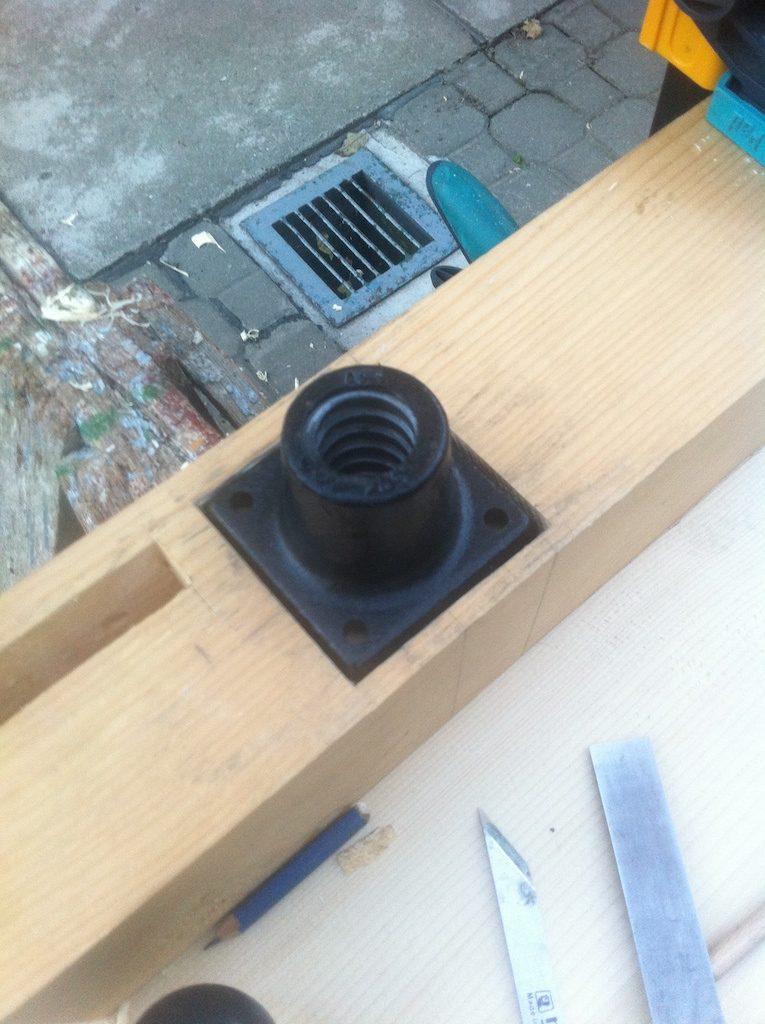 Și gata. Piulița se  potrivește la fix, având joc suficient pentru fixarea pe centru a șurubului.