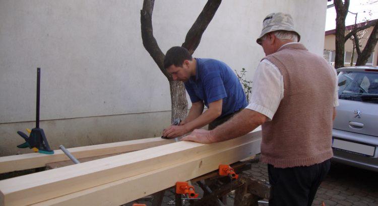 Cu tata, rindeluind lateralele scândurilor pentru lipire.