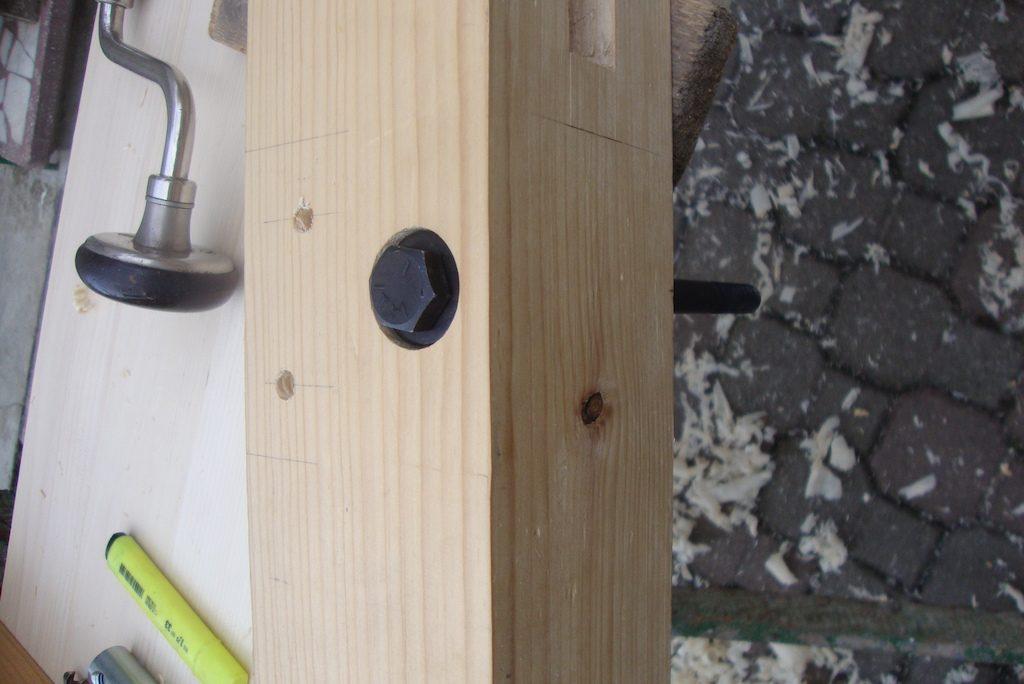 Primul șurub se potrivește la fix. În același timp am făcut găurile și pentru îmbinările ce se vor lipi.