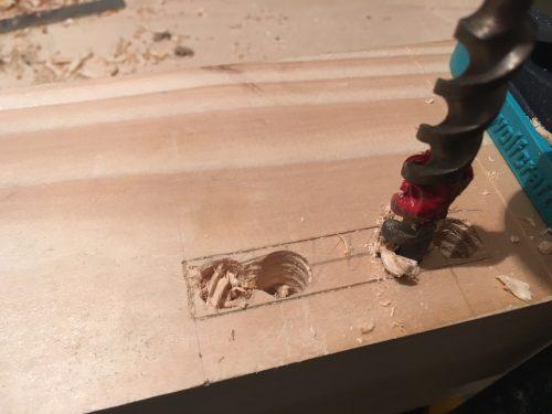 Pentru a face scobiturile mai repede (am 12 de făcut) am pregăurit lemnul.