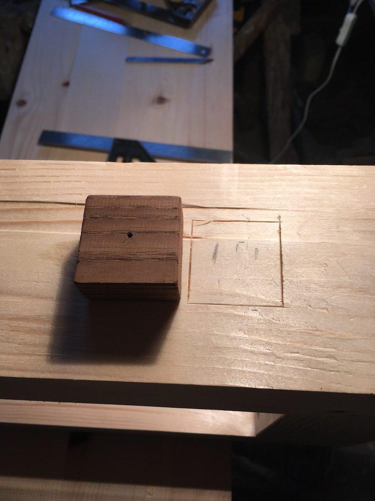 Pe piciorul bancului vreau să pun o gaură pentru menghina rapidă (holdfast). Cum lemnul de brad e mai moale am decis să folosesc niște frasin.