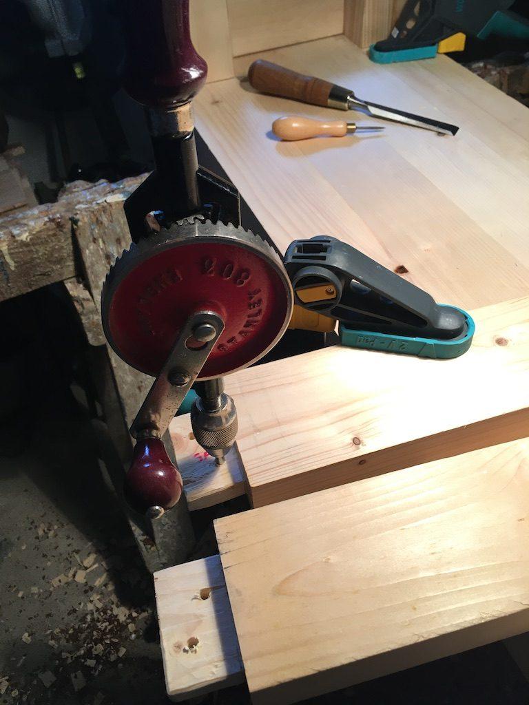 Pregăurirea lemnelor care conectează picioarele laterale.