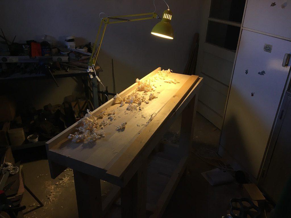 Acum pregătesc muchiile bazei pentru sertarul de unelte. Acesta va fi prins în partea din spate a bancului.