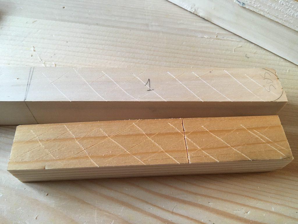 Înainte de lipire am hașurat suprafețele cu cuțitul de marcat pentru o mai bună prindere.