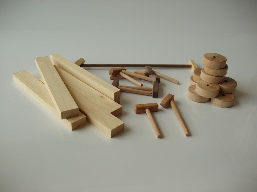 Materialele pentru cele cinci jucarii sunt pregătite. Doar câteva tăieturi pentru roți și le pot asambla.
